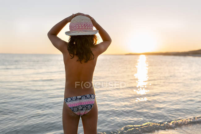 Little girl watching the sunset on the beach, Son Bou beach, Balearic Islands, Spain — Stock Photo