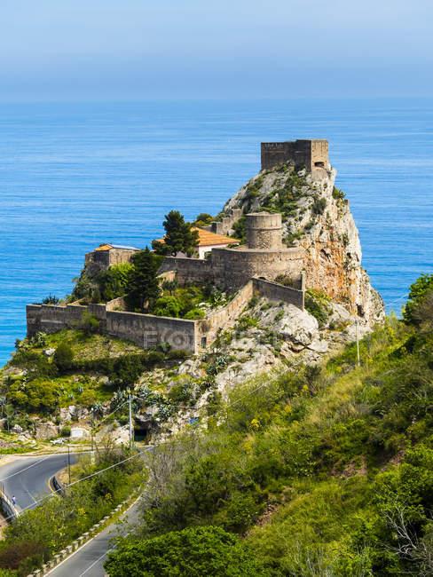 Живописный пейзаж с замок на скале побережья, Сицилия, Италия — стоковое фото
