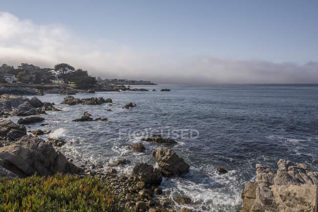 Vista diurna di edifici sulla costa rocciosa in California, USA — Foto stock