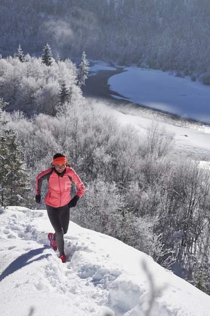 Mujer de Valle, Vorderriss, Alemania, Baviera, Isar para correr en invierno - foto de stock