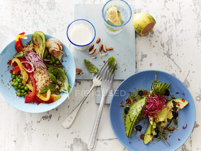 Vue de dessus de deux salades de légumes verts avec du lait et de la limonade — Photo de stock
