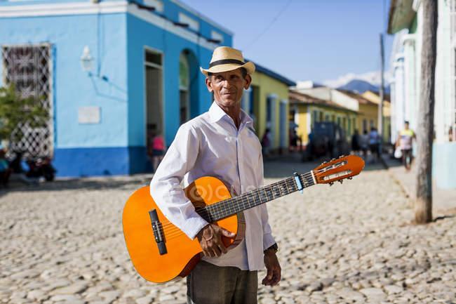 Musiker mit Gitarre auf der Straße von Trinidad, Kuba — Stockfoto