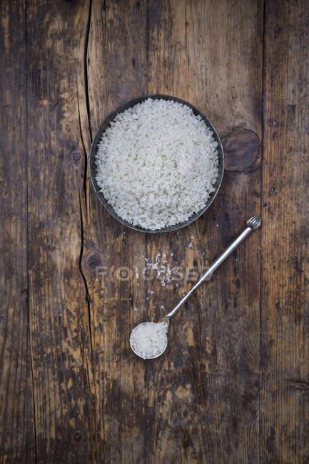 Миски і ложки Guerande морською сіллю — стокове фото