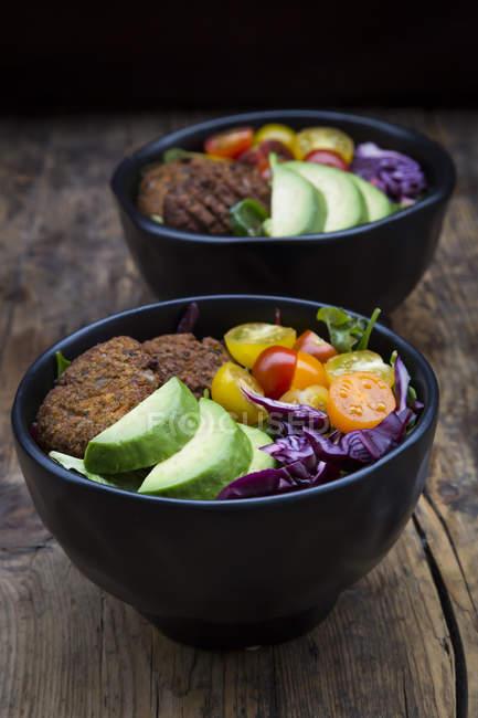 Blätter- und Gemüsesalat und Quinoa-Krapfen — Stockfoto