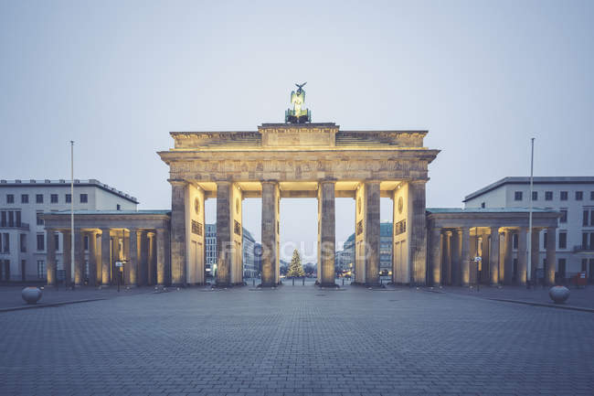 Deutschland, berlin, brandenburger tor, ort 18. märz zur weihnachtszeit — Stockfoto