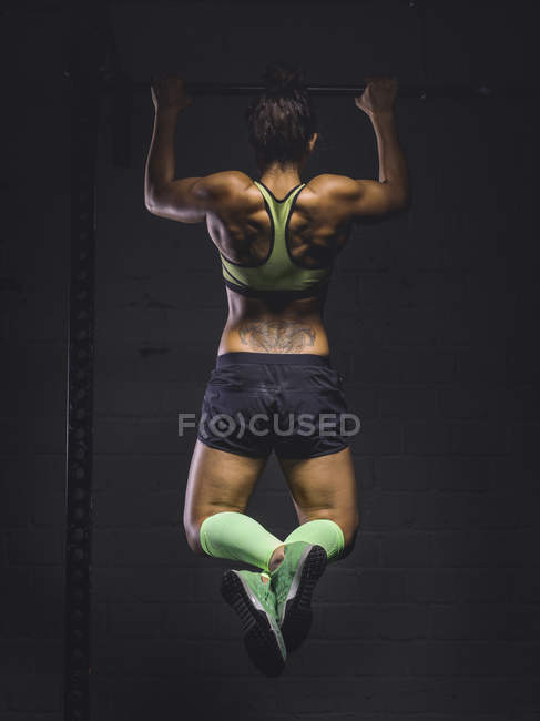 Woman exercising at power rack — Stock Photo