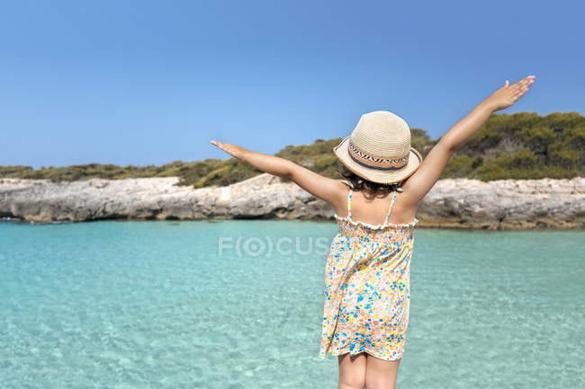 Пляж Талайер, Балеарские острова, Испания, расслабленная маленькая девочка на пляже — стоковое фото