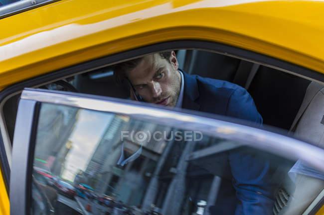 Geschäftsmann, sitzen im taxi — Stockfoto