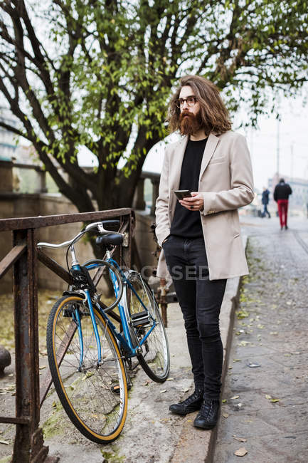 Man checking cell phone — Stock Photo