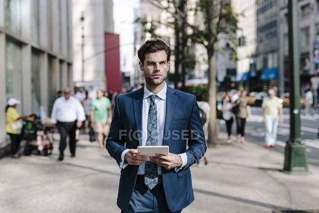Бизнесмен с цифровым планшетом — стоковое фото