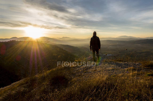 Itália, Umbria, Gubbio, Man watching sunrise on Sibillini mountain range — Fotografia de Stock