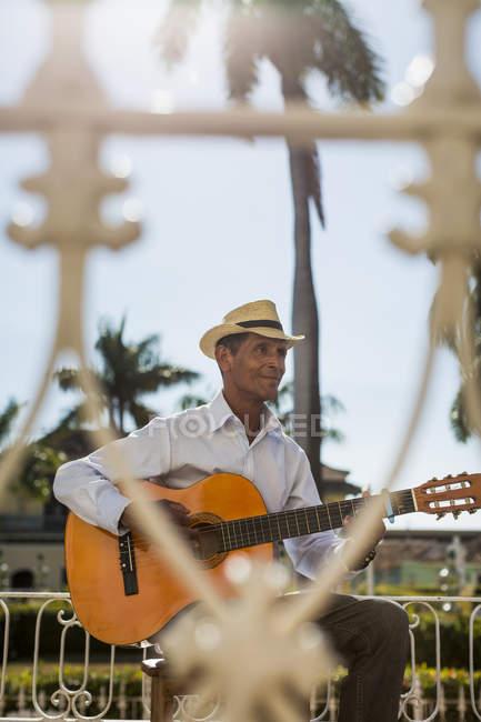 Musicista che suona la chitarra nella via della Trinidad, Cuba — Foto stock