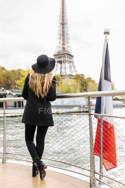 Paris, France, glamorous woman taking a cruise on the Seine River with the Eiffel Tower in the background — Stock Photo