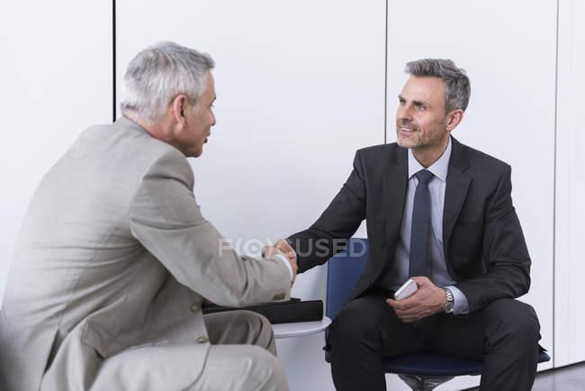 Partenaires commerciaux serrant la main — Photo de stock