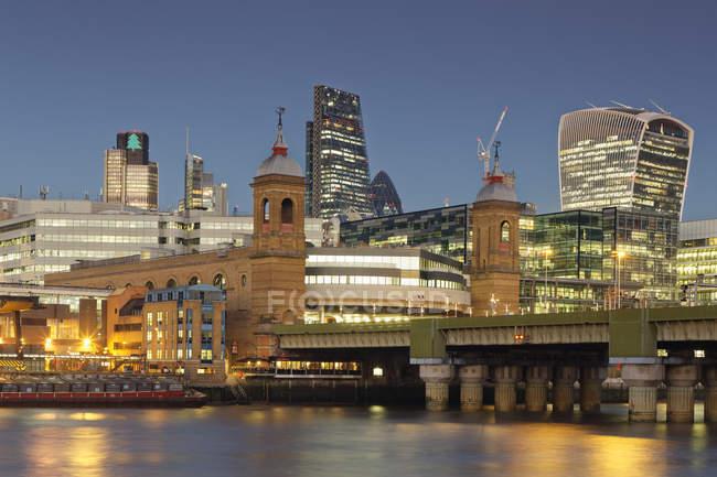 Лондонська Skyline, Walkie Talkie будівлі, Ліденхолським будівлі, огірка-корнішона і гармата вулиця — стокове фото