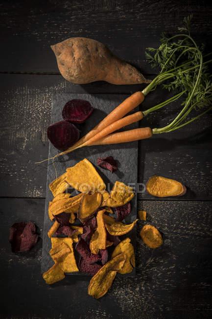 Patate douce avec chips de carotte et betterave — Photo de stock