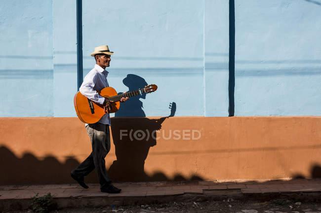 Musiker zu Fuß und spielt Gitarre in der Straße von Trinidad, Kuba — Stockfoto