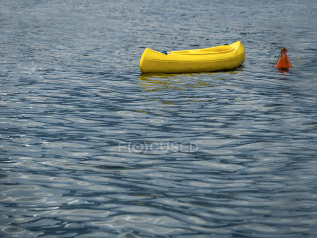 Italien, Sizilien, gelbe Boot auf dem Meer ankern — Stockfoto