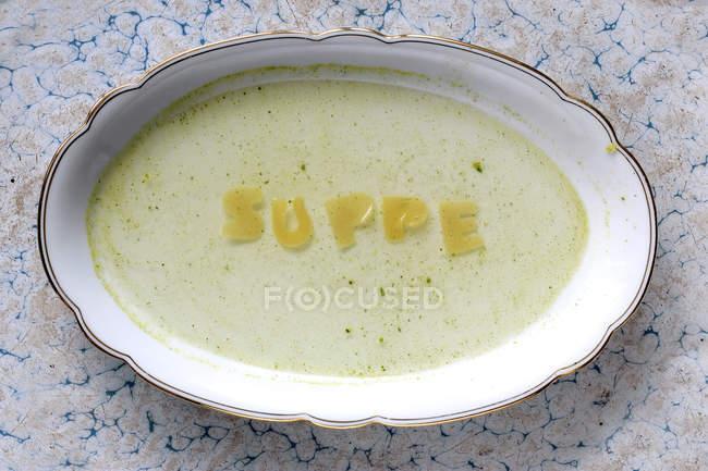 Sopa de letras en la placa oval - foto de stock