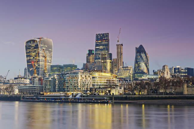Vista del skyline de Londres contra el agua por la noche, Gran Bretaña - foto de stock