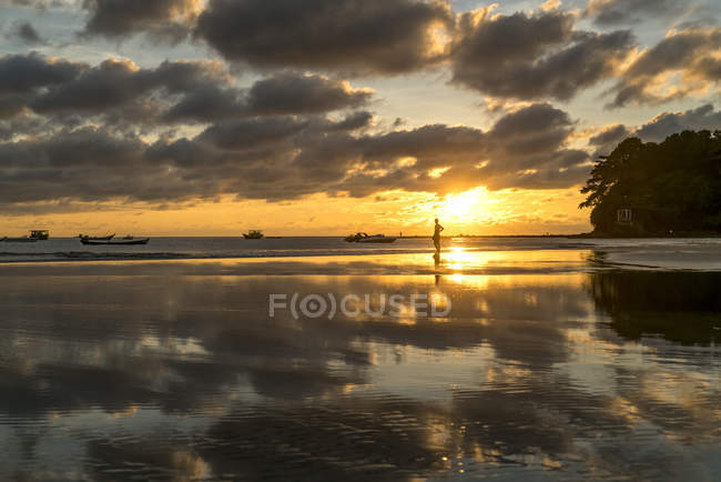 Захід сонця на пляжі, Ngwesaung, М'янмі, Азії — стокове фото