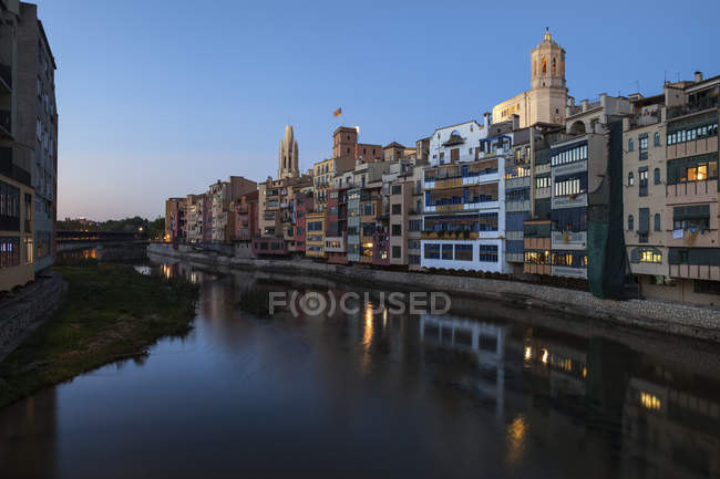 Spain, Catalonia, Girona, evening in old quarter of the city - Barri Vell, historic houses at River Onyar waterfront — Stock Photo