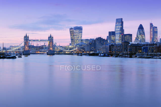 Reino Unido, Londres, Skyline mit Tower Bridge, 20 Fenchurch Street, 122 Leadenhall Street, 30 St Mary Axe, Heron Tower und River Thames in der Abenddmmerung — Fotografia de Stock