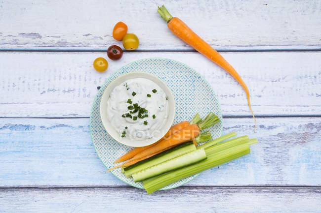 Cuenco de salsa de yogur de hierbas y palitos de verduras - foto de stock