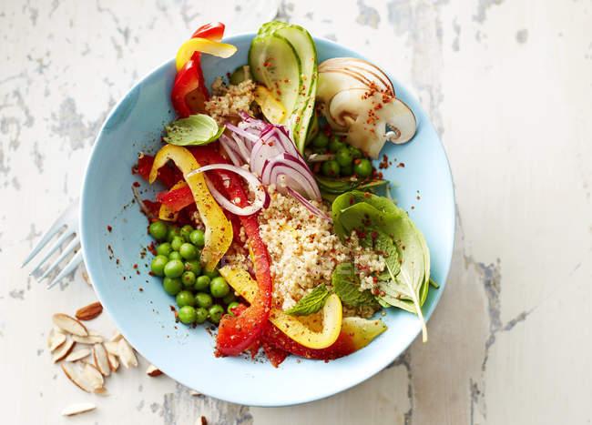 Salat mit Quinoa und Erbsen in Schüssel — Stockfoto