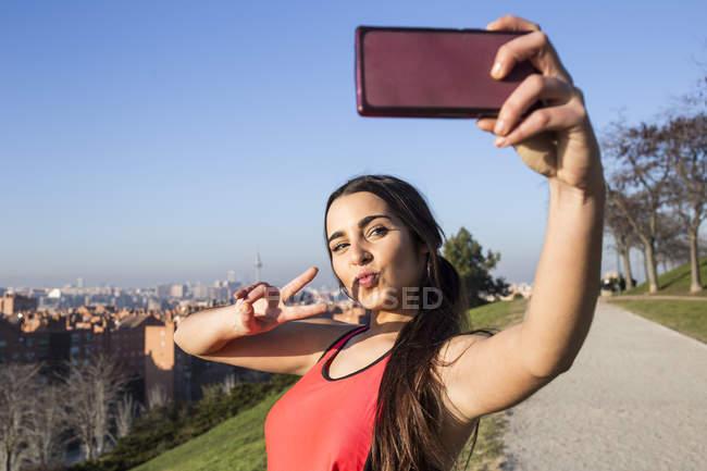 Sportlerin posieren für Selfie mit Telefon — Stockfoto