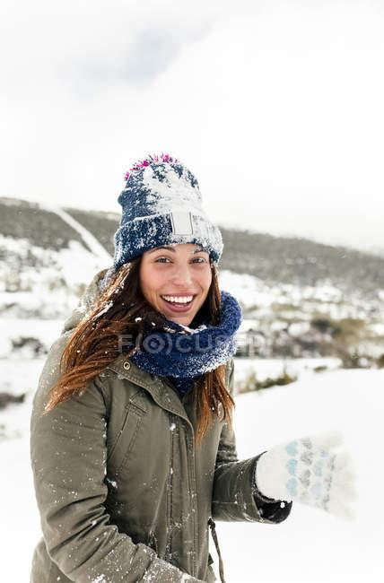 Астурия, Испания, портрет красивой женщины, пропитанной снегом — стоковое фото