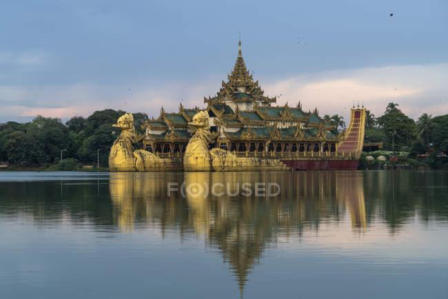 Karaweik Palace em Kandawgyi Lake em Yangon ou Rangoon, Myanmar, Ásia — Fotografia de Stock