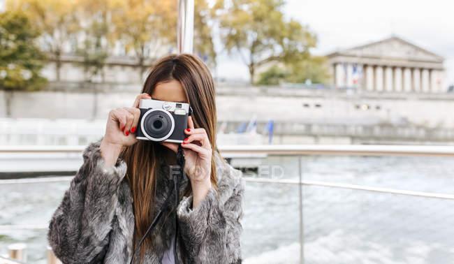 Paris, França, mulher turística tirando uma foto sobre o Rio Sena — Fotografia de Stock