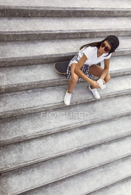 Gijn, Astúrias, Espanha, skatista sentada nas escadas da rua — Fotografia de Stock