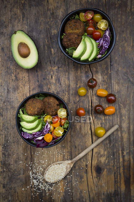 Листьев и овощной салат и киноа оладьи — стоковое фото