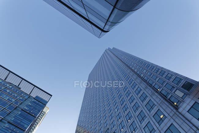 Vue des bâtiments de verre moderne contre le ciel pendant la journée, Londres, Angleterre — Photo de stock