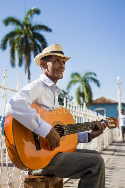 Musicista con la chitarra in strada di Trinidad, Cuba — Foto stock