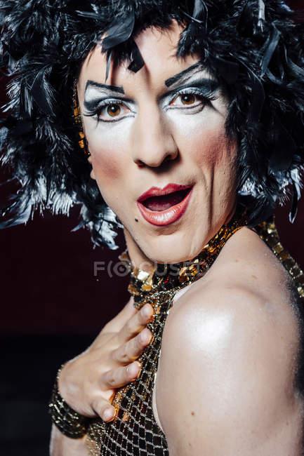 Актор одягнені, як дівчина з дивно обличчя на чорному фоні — стокове фото