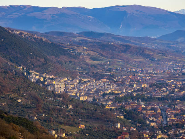 Vista aerea della città al tramonto, Gubbio, Umbria, Italia — Foto stock