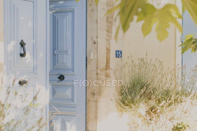 Gros plan de la vieille porte française bleue — Photo de stock