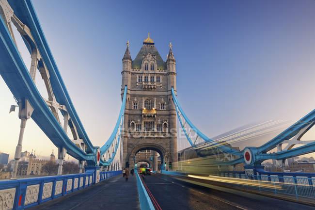 Royaume-Uni, Londres, célèbre Tower Bridge avec ciel bleu sur fond — Photo de stock