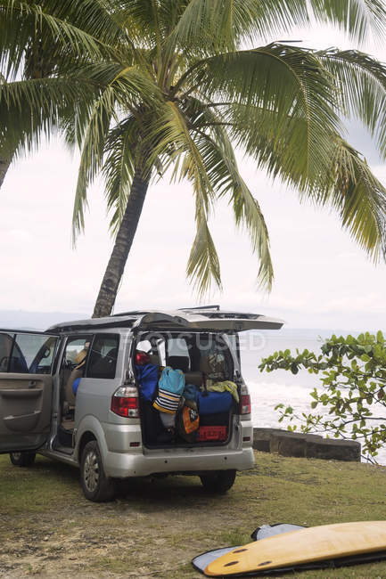 Indonesia, Java, car and surfboard at the coast — Stock Photo