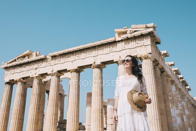 Atene, Grecia. Happi donna in visita al tempio del Partenone, sull'Acropoli ateniese . — Foto stock