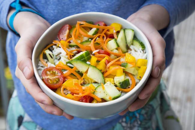 Рисовый салат со смешанными овощами — стоковое фото