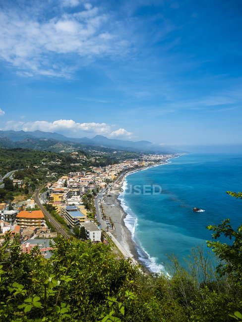 Живописный пейзаж с видом на прибрежный городок, Сицилия, Италия — стоковое фото