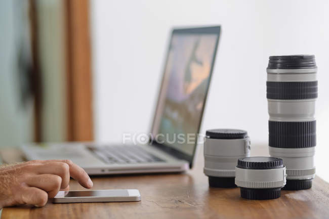 Male photographer working on desk at home — Stock Photo