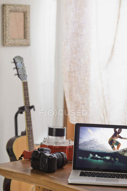 Camera and photography of surfer on laptop display — Stock Photo
