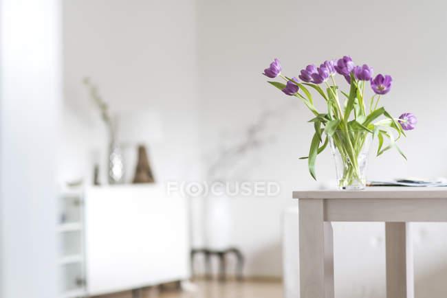 Veilchen-Tulpen in Vase auf Holztisch — Stockfoto
