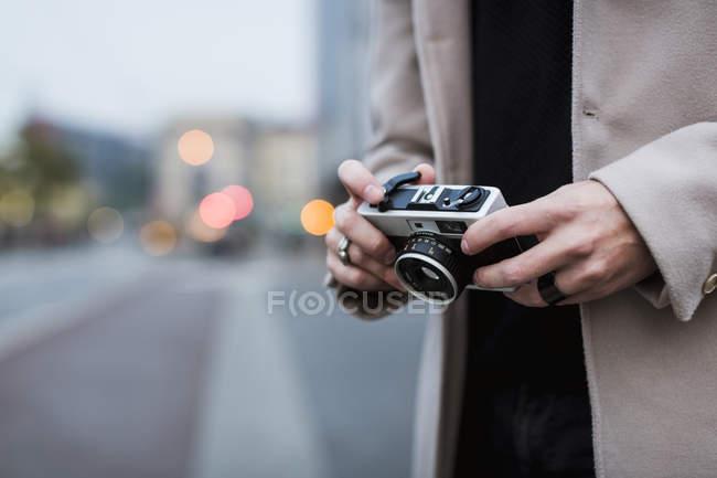 Homme tenue rétro caméra — Photo de stock