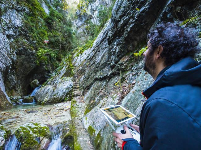 Italia, Umbria, Monte Cucco NP, Uomo in volo con drone in gola Rio Freddo — Foto stock